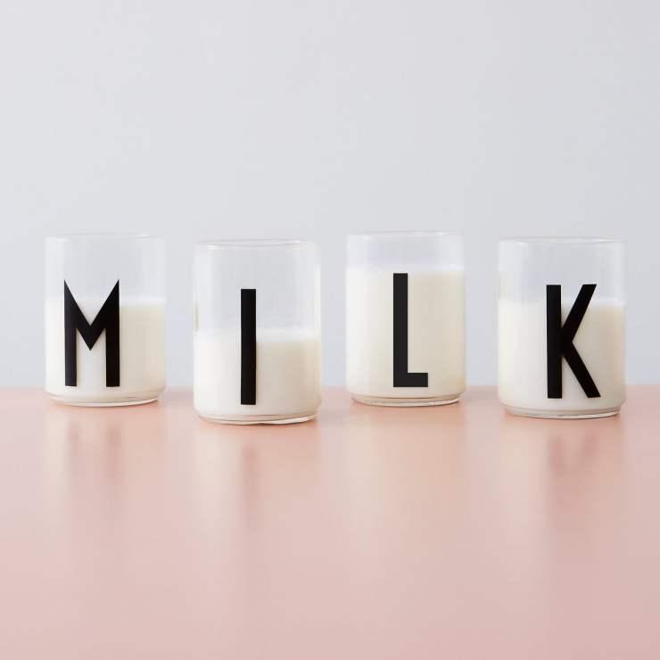 Design Letters Kids. Vaso de Tritan MILK. Tipografía de Arne Jacobsen. Diseño para niños