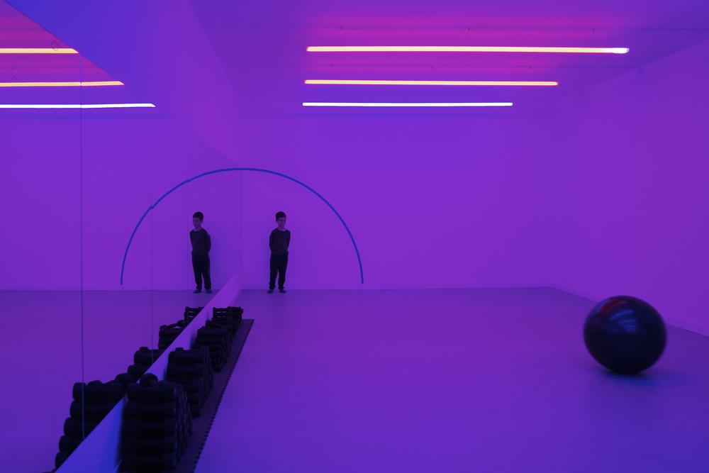 Gimnasio con luz violeta Hubbub Family Fit Club.