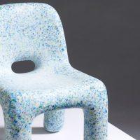 Juguetes de plástico reconvertidos en mesas y sillas