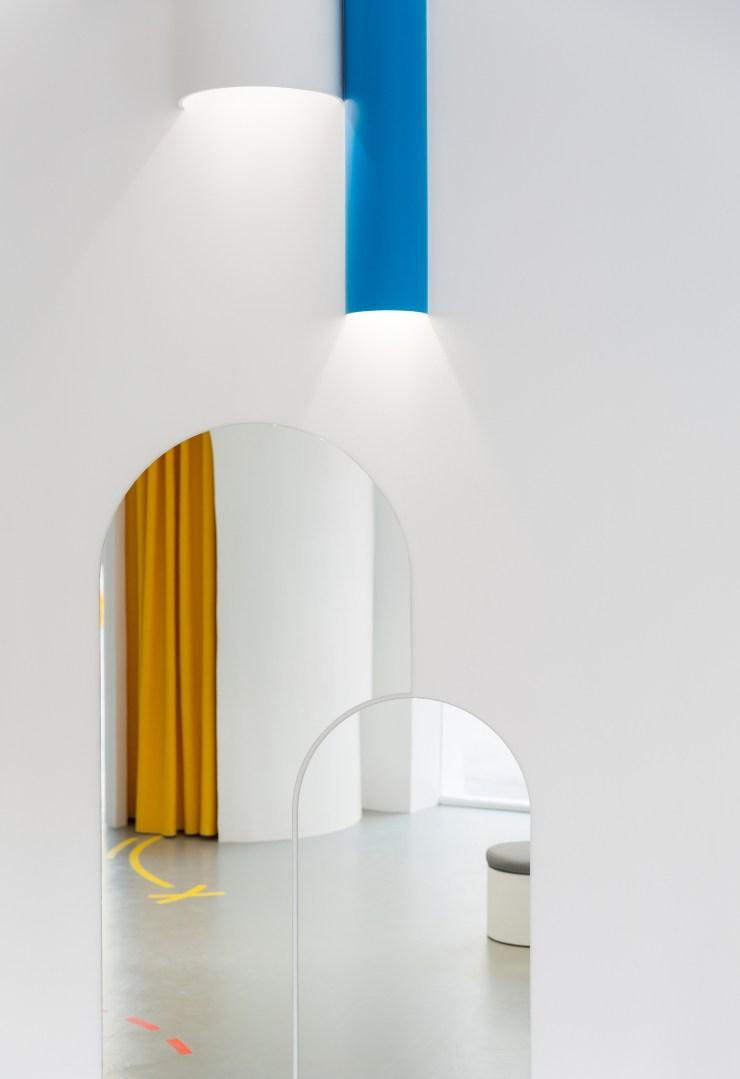 Espejos redondos y foco azul. Little Stories Concept Store ara niños en Valencia. Proyecto de Clap Studio.