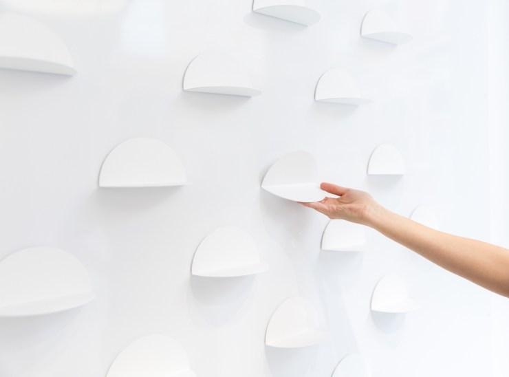 Estanterías movibles para calzado. Little Stories Concept Store ara niños en Valencia. Proyecto de Clap Studio.