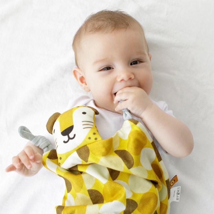 Joana Casals Pelegrí Bebé con Dou Dou tigre Apunt Barcelona