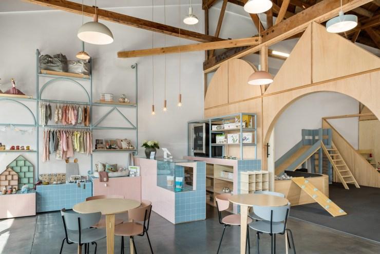 Big and Tiny. Guadería y coworking. Kids friendly. Madera. Santa Mónica. Cafetería rosa y azul