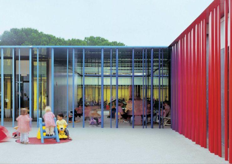 Guarderia El Petit Comte llar d'infants. RCR Arquitectes. Niños jugando