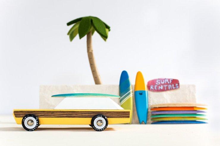 Candylab Toys coches de juguete de madera de estilo mid-century americanos. Coche con tablas de surf
