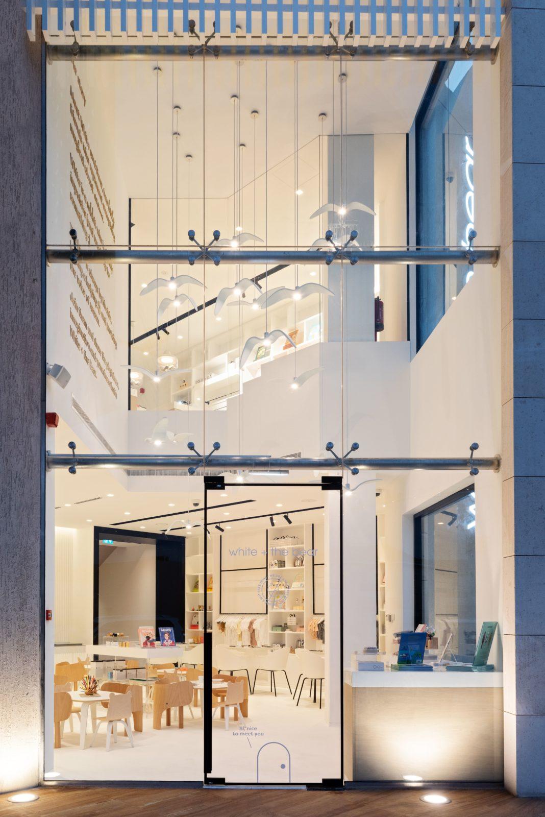 Restaurante para niños White and The bear. Dubai. Interiorismo minimalista. Exterior. Fachada acristalada