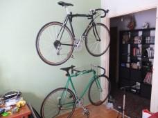 Επιτέλους κρέμασα τα ποδήλατα στο τοίχο και το σπίτι φαίνεται κάπως λιγότερο αχούρι