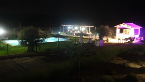 piscina por la noche de la casa rural de toledo el atochal