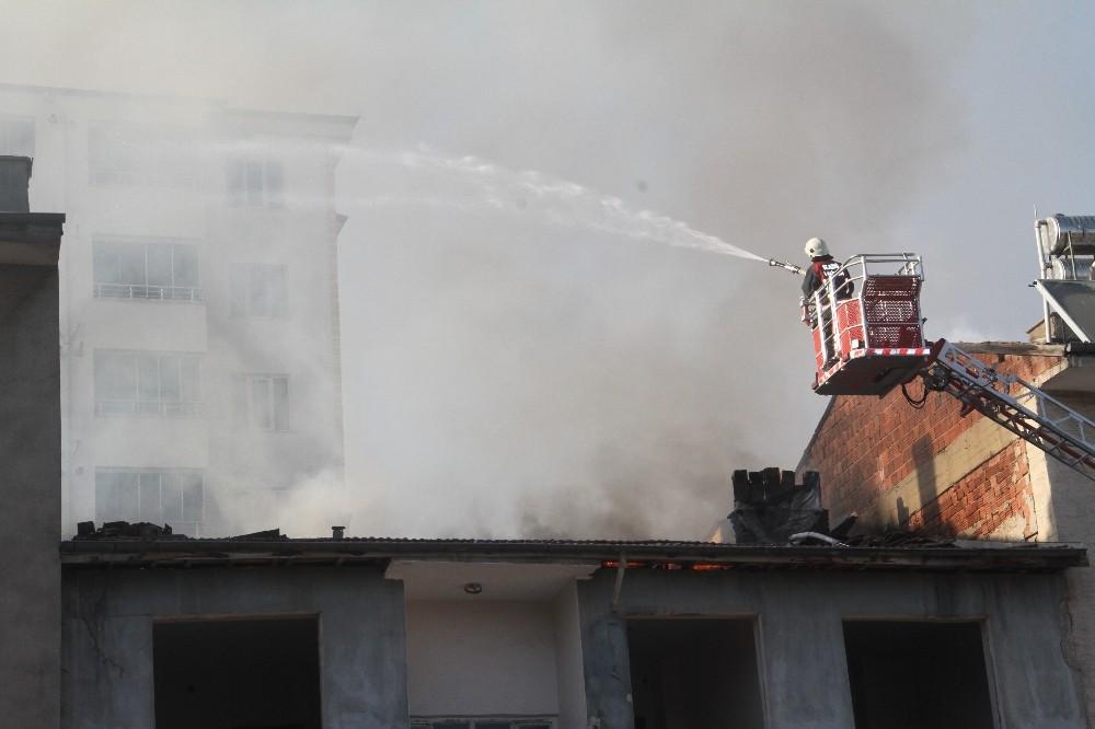 Elazığ'da çatı yangını 2 binaya sıçradı