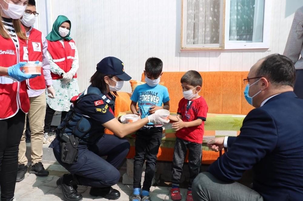 Mehmetçik konteyner kentte kalan ailelere aşure dağıttı