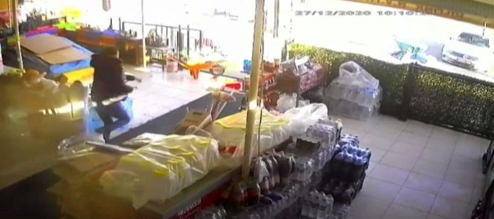 Elazığ'da deprem anı marketin güvenlik kamerasına yansıdı