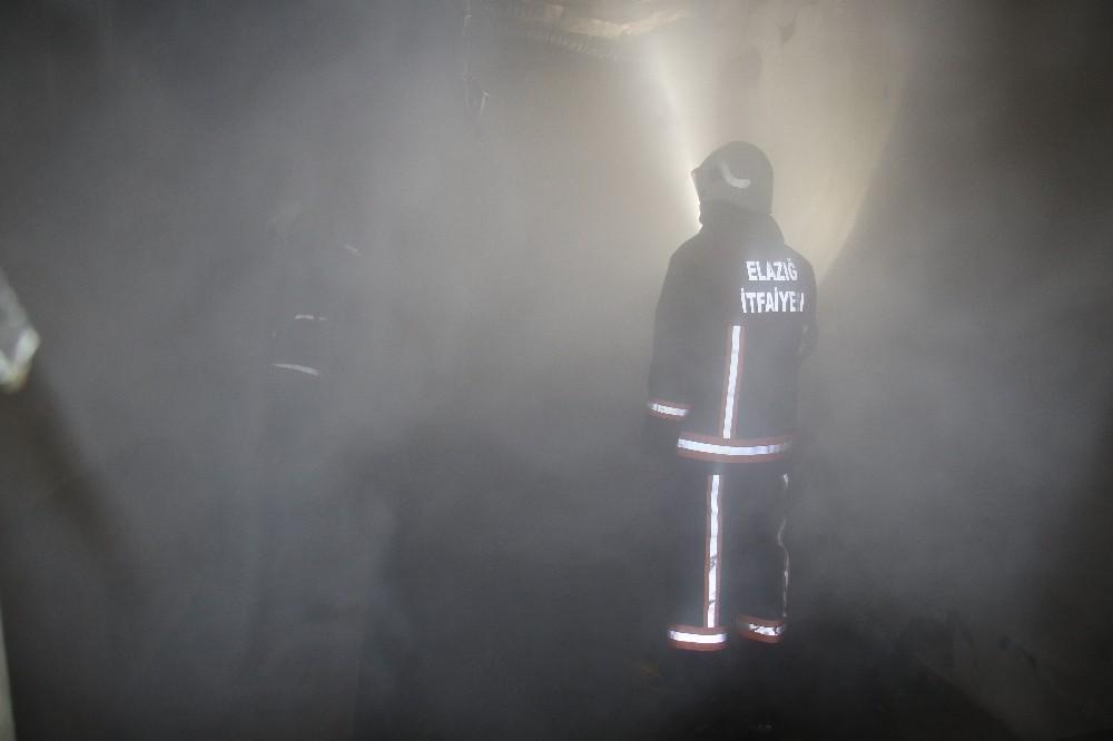 Elazığ'da metruk ev yangını