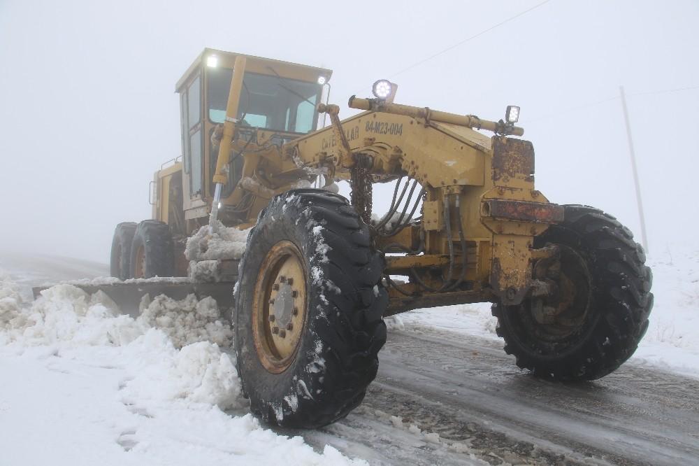 Kar Elazığ'da 14 köy yolunu ulaşıma kapattı