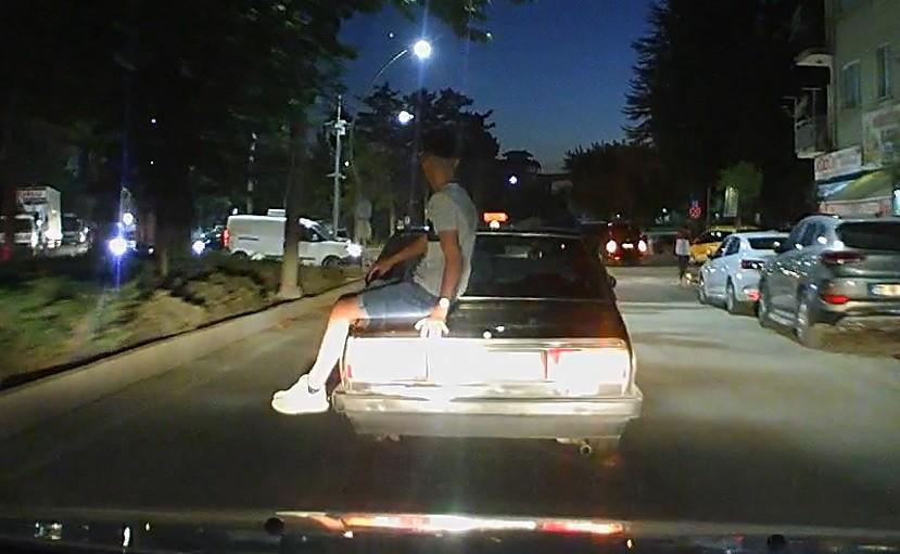 Otomobilin üzerinde tehlikeli yolculuk kamerada