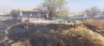 Elazığ'da ot yangını paniğe neden oldu