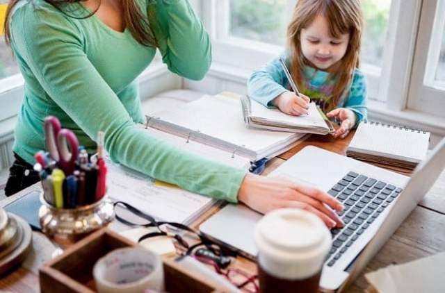 4 وظائف مناسبة للأمهات للعمل من المنزل