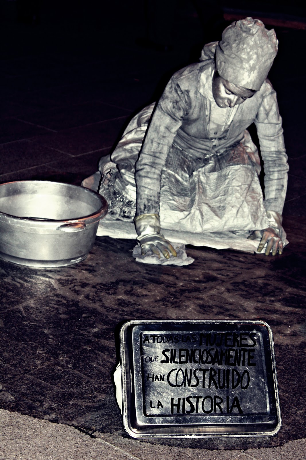 El trabajo de nuestras madres  Limpiar el suelo y los