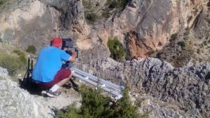 Cualquier sistema de fijación del slider es válido siempre que sea estable. En este caso, un extremo está apoyado sobre un montón de piedras.