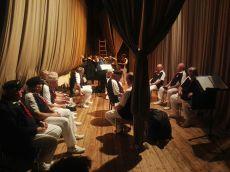 Ehrfürchtiges mithören des Gesanges der Profis unter der Bühne.