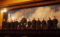 Der Chorleiter mit seinen Weltklassesängern.
