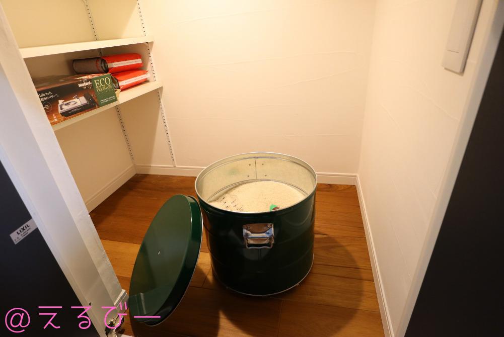 キッチン側の階段下収納にあるオバケツの米びつ