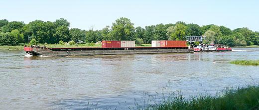 Containerschiff auf der Elbe im Juni bei Dessau War es das Letzte? Foto: Iris Brunar