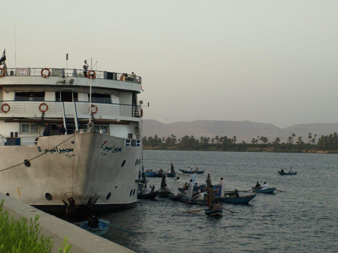 Compra-venta de chilabas on board - Nilo