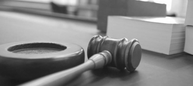 La revisión de actos y disposiciones nulos de pleno derecho.