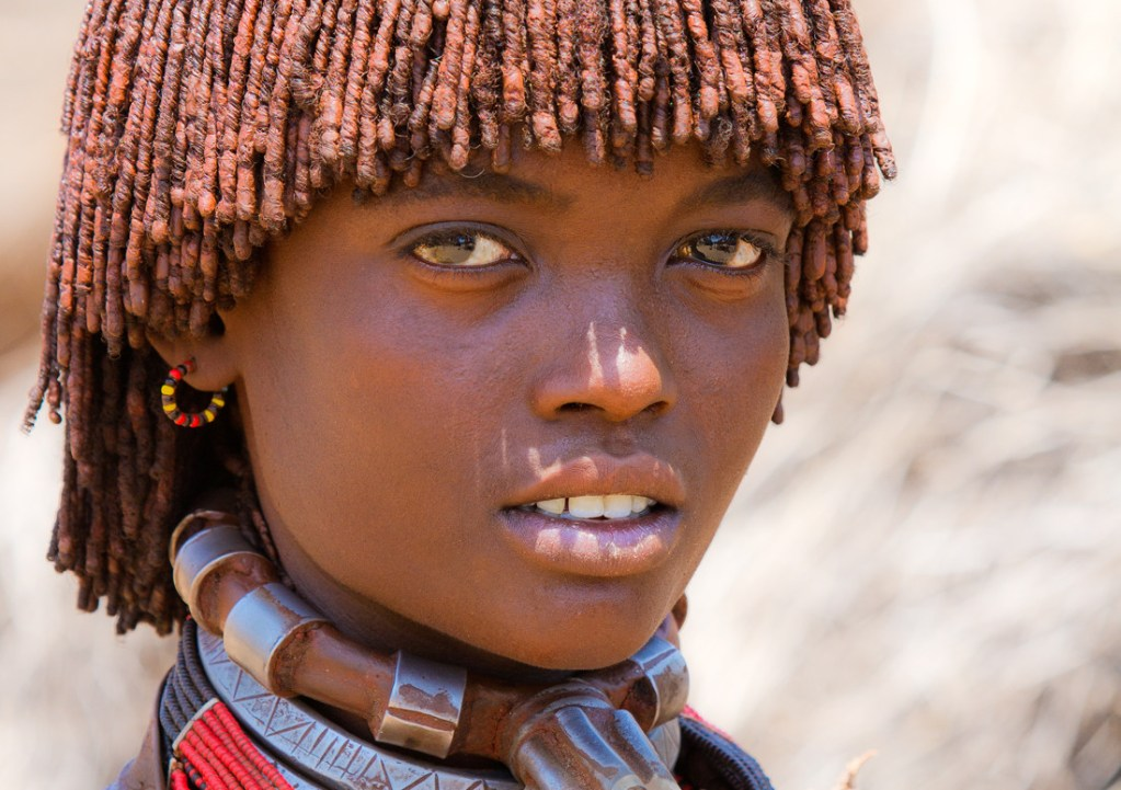 adolescente etiope de la tribu hammer