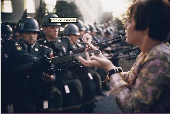 Washington 1967, en la mayor protesta contra la guerra de Vietnam con casi un millón de personas frente a un ejército de metralletas.
