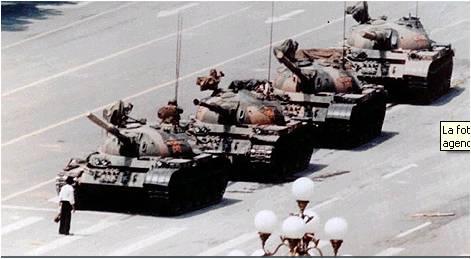 5 de junio de 1989, hombre plantado frente a una columna de blindados en la avenida pequinesa de Chang'An, conmovedora protesta individual horas después de que cientos de jóvenes murieran bajo las cadenas de oruga y los proyectiles de esos acorazados.