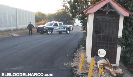 Dejan a Ejecutado con sombrero y recargado en el cenotafio de Chalino Sánchez en Culiacán