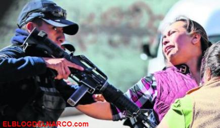 Policías apuntan con arma a familiares desconsolados de chofer ejecutado, en Ecatepec