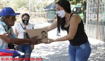 VÍDEO Hija del 'Chapo' Guzmán ignora a autoridades, repartió despensas y juguetes