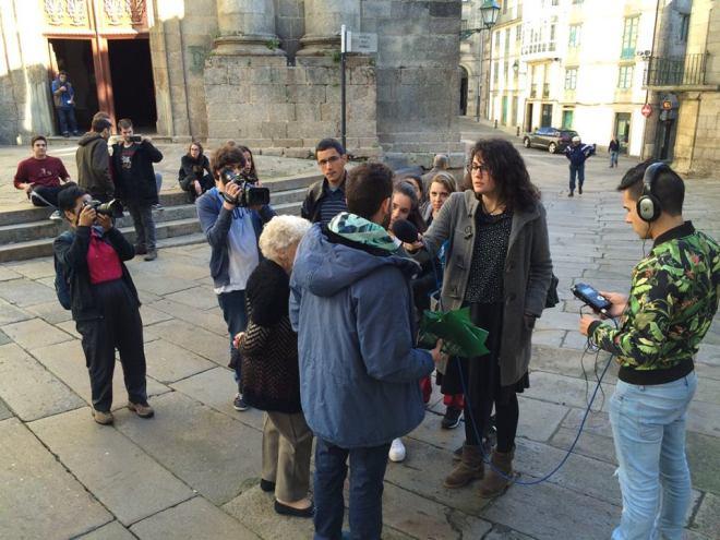 Alumnos de la escuela O Raio Verde en plena clase práctica en las calles de Santiago de Compostela