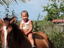 Denzel montando a caballo