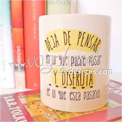 taza_deja_de_pensar_en_lo_que_pueda_pasar_y_disfruta_de_lo_que_esta_pasando_regalos_originales_con_mensaje_para_todos_vagalume_designs_2web