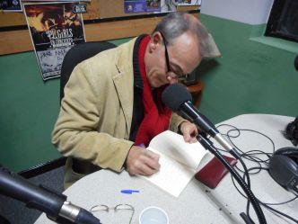 Francisco Gómez- Porro dedicando su obra