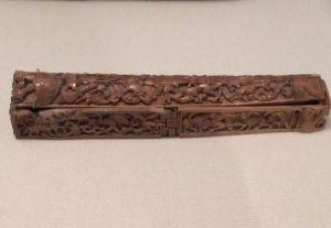 Estuche de marfil para pluma (1050-1100). Procedente del Museo británico.