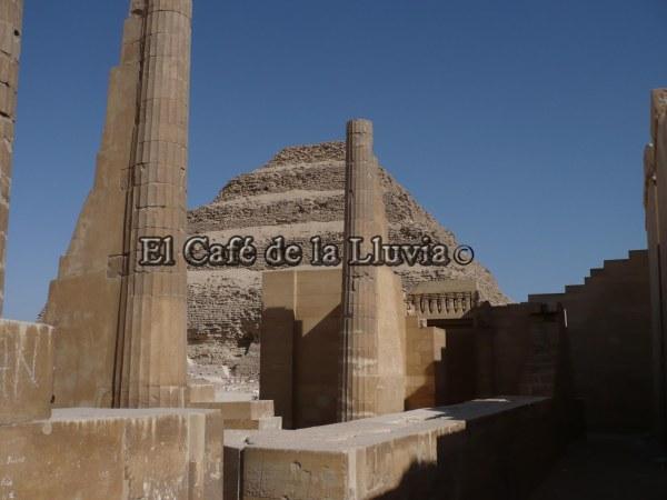 Columnas y la pirámide escalonada de fondo