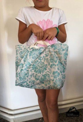 Bolsa tipo capazo en estampado turquesa brillante tamaño mini
