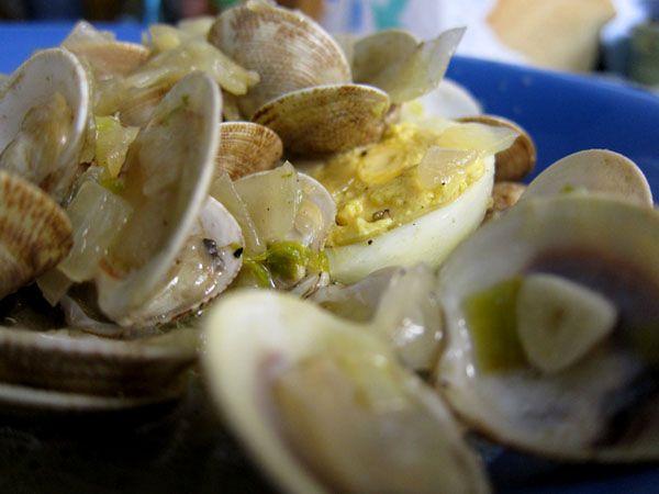 Huevos cocidos con Almejas
