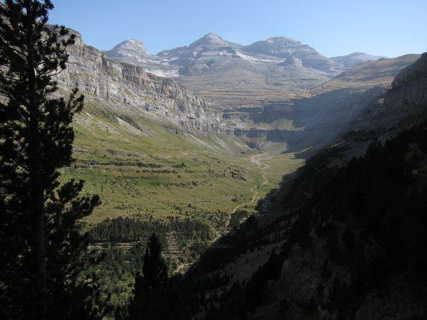 Vista del Cilindro de Marboré, Monte Perdido, Soum de Ramond y el valle de Ordesa desde la faja de Pelay