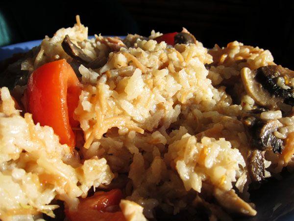 Ensalada de arroz con atún, tomate y champiñones.