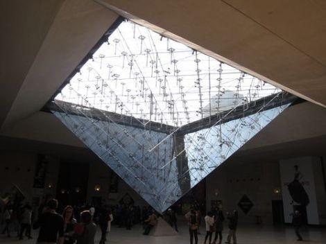 Pirámide invertida en el Louvre.