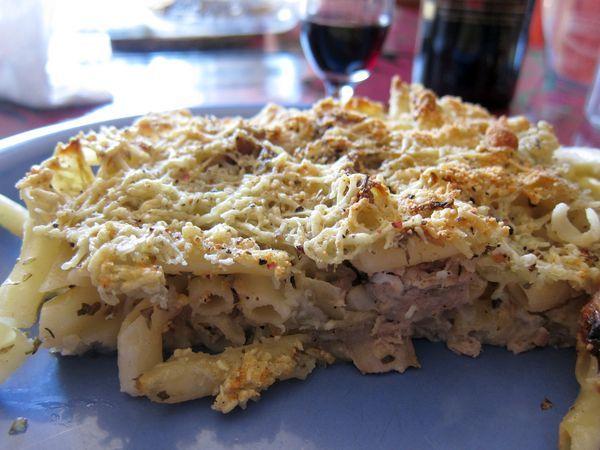 Pastel de macarrones al horno con atún y champiñones.