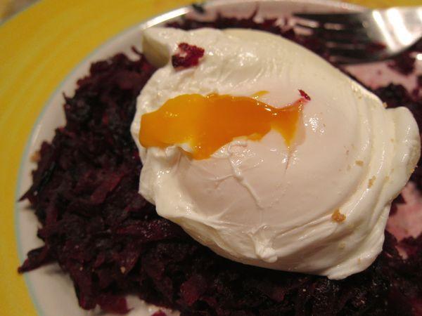 Panqueques de remolacha con huevo poché