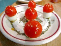 Bosque de Setas de Huevos de Codorniz y Tomates Cherry