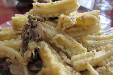 Capricci con champiñones portobello y salsa de puerros