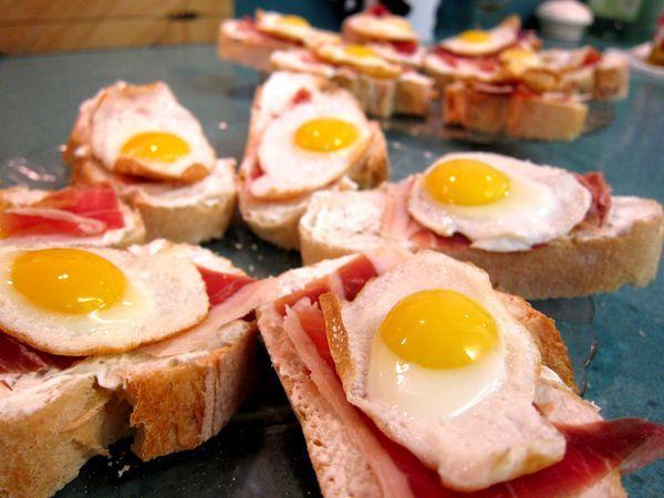 Huevos de codorniz con jamón serrano